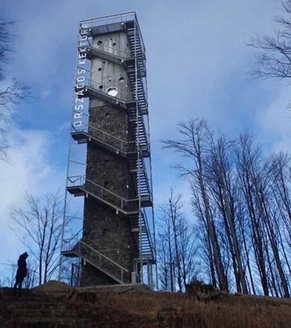 对于徒步旅行者们来说,如果他们在下一次远足中想要感受一览众山小的美景,现在他们又多了一个新的选择。室外运动发发烧友们如今有机会在一座瞭望塔里过夜,他们可以在一间小屋里眺望当地的全景。 匈牙利的建筑师们将这座高度接近100英尺(约合30.48米)的瞭望塔改造成了一间廉价的住宿的场所。在这里住一晚上的价格只需要5.