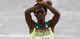 他拿了里约奥运马拉松银牌 却回不了国要寻求避难