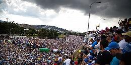 """""""我在挨饿!开枪吧!"""" 委内瑞拉政局动荡引发全国流血抗议"""