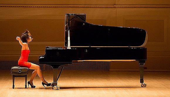一位年轻的中国钢琴家,有着出色 喜欢在演奏时穿着小巧的衣服,踩
