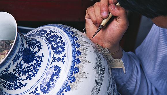 """迈森瓷器工坊的市场推广经理黎玲介绍说,这种痴迷不只源于""""物以稀为图片"""