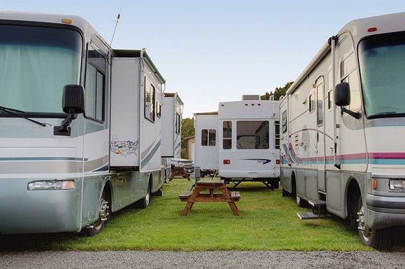 """房车公园"""",一个矩形的住房营地——形如大型的交通工具集装"""
