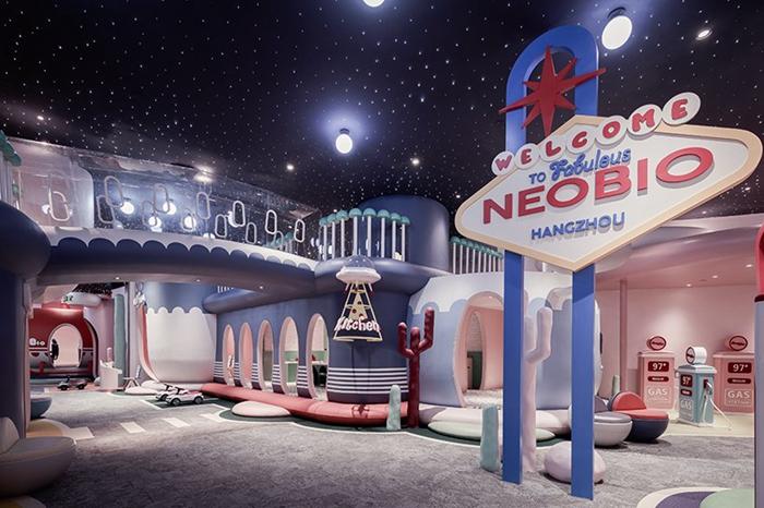 """""""职业体验区""""位于中庭,它的形状像一个虚拟的儿童小镇,有休息,餐饮和"""