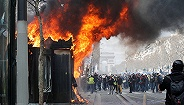 """""""黄背心""""示威第18周:抗议者上?#25191;蛟疑眨?#24594;斥全法辩论都是空话"""
