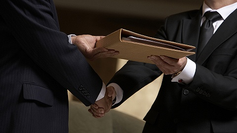 """税务人员成""""掮客""""助问题公司中标,六年受贿近4000万元"""