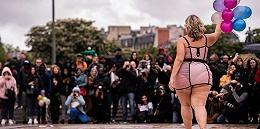 胖女孩也可?#38498;?#33258;信,她们在巴黎举办了一场特别的时装秀
