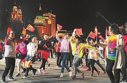 """人流如梭的外滩""""我爱中国""""响彻 《我和?#19994;?#31062;国》快闪、《航拍上海》?#20849;?#20174;黄浦开启"""