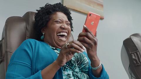 不到最后一秒不知道在讲什么,苹果广告变得无厘头了