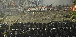 """印尼大选骚乱现""""反华""""标语,中使馆发安全提示"""