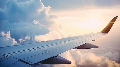 空中惊魂,黑山航空客机降落途中机长晕倒,副驾驶紧急迫降