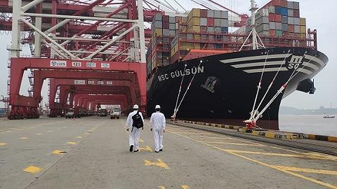全球最大集装箱船首次靠泊洋山深水港