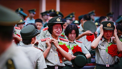 【一周环球掠影】?#26412;?#26032;机场投运在即;新生不愿开学、老兵含泪退伍