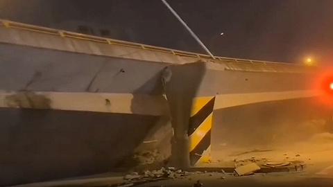江苏无锡一高架桥突然发生倒塌,现场有车被压