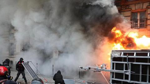 法国跨行业大罢工:80多万人示威,巴黎大区90%列车停运