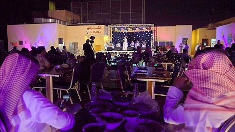 沙特取消餐馆性别隔离,女性无需再走单独入口