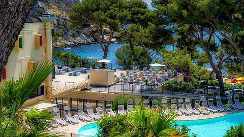 浪漫的法兰西将侨民撤到海边的度假酒店