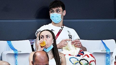 """每周奇趣掠影丨英國""""跳水神童""""托馬斯·戴利在看臺織毛線;上海出現AI社區食堂"""