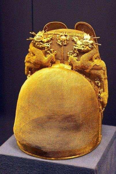 高24厘米的皇冠身薄如轻纱, 缀有游龙戏珠图案, 所用金丝竟细过女人