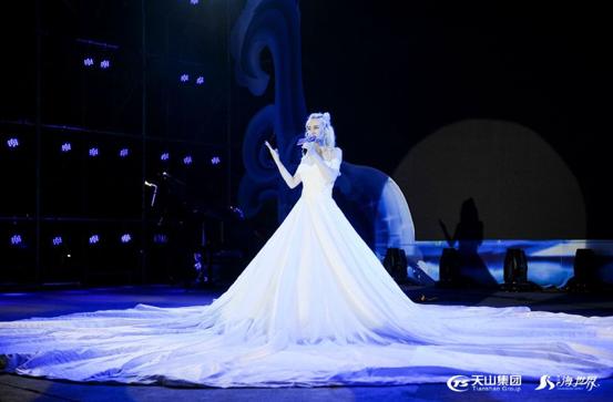 歌手身穿洁白巨型拖地长裙,运用全息投影技术,在现场光、影与音乐的完美映衬下,变幻出五彩缤纷、绚烂夺目的特效裙子,让演唱者散发出诱人魅力。