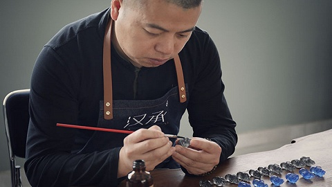?#19981;?#23567;伙在上海学习琉璃烧制技艺,22年间两百块变成四千万