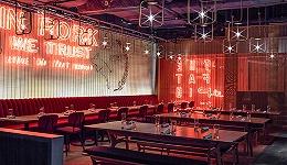 """这家""""肥猪""""餐厅想体现香港特色 把霓虹灯招牌挂进了店里"""
