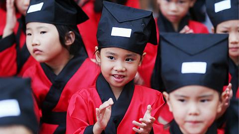 人民日报:优先发展 坚持教育战略地位不动摇