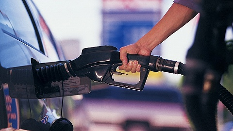 """国内成品油价压线""""三连涨"""",加满一箱油多花2元钱"""