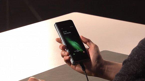 三星首款折叠屏手机Galaxy Fold发布,它能帮助三星扭转局面吗?