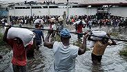 """热带气旋""""伊代""""已致非洲南部500人丧生,港口基建不足物资靠徒手搬运"""
