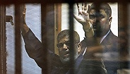 """埃及前总统穆尔西在法庭上倒地去世,心脏病发还是""""蓄意谋杀""""?"""