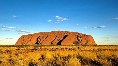 【天下奇闻】澳洲巨石将关闭游客争相打卡惹争议 加航数十旅客未系安全带被甩飞