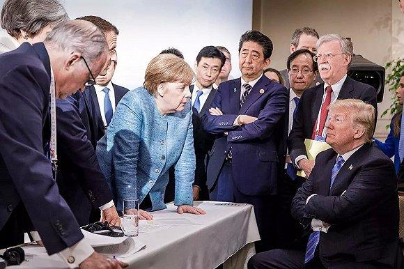 """去年,加拿大七国集团峰会不欢而散,默克尔默默地发了那张著名的""""六大门派围攻光明顶""""的照片。"""