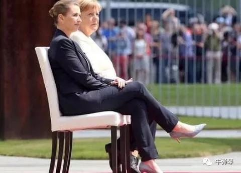 """最近迎接芬兰总理的一次,她在努力稳住自己的同时,视频显示,她嘴里还似乎在嘟囔着。德国媒体随后找到唇语专家哈特帮助解读。按照哈特的说法,默克尔是在不停重复""""我能挺住"""""""