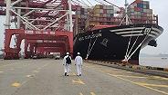 全球最大集装箱船首次靠泊洋?#32564;?#27700;港