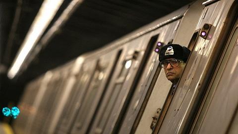 热浪中的纽约再?#21482;?#24314;故障,乘客被困停运地铁一个多小时