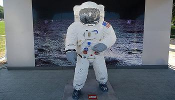 玩具模型纪念登月50周年,乐高用积木1:1还原了巴兹?奥尔德林的A7L航天服