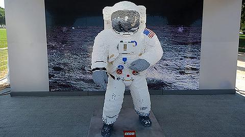 玩具模型纪念登月50周年,乐高用积木1:1还原了巴兹•奥尔德林的A7L航天服