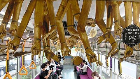 这真的不是恐怖片:京都这辆电车的天花板为何挂满人手?