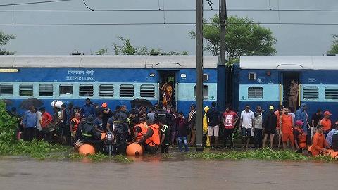 洪水圍困火車千名乘客,印度上演陸??杖姶鬆I救