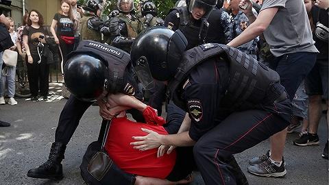 莫斯科市议会选举遭民众抗议,警方现场拘捕上千人