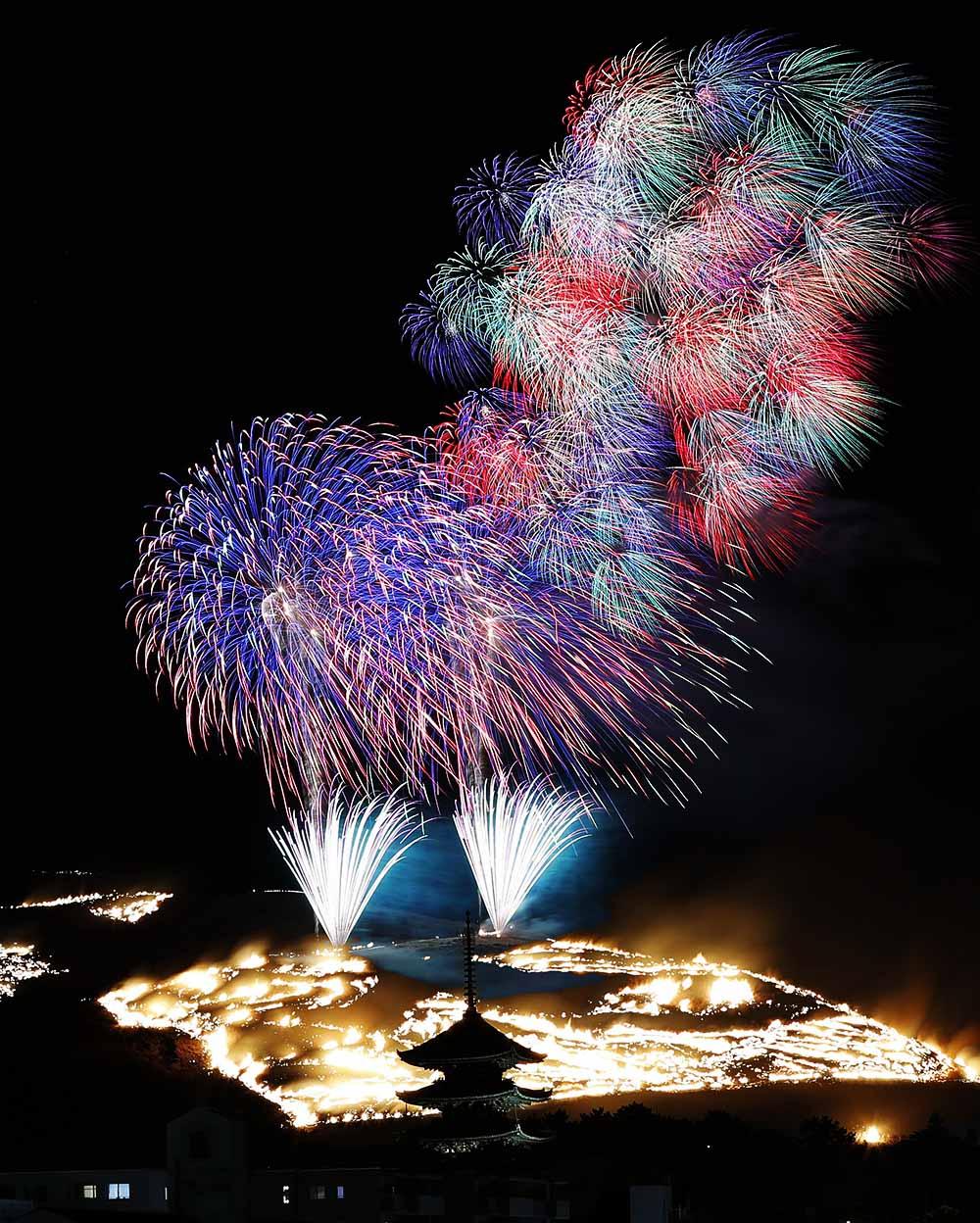 在过去3年间,日本摄影师Makoto Igari游走全国各地,用镜头将烟花爆炸瞬间定格成了永恒之美。