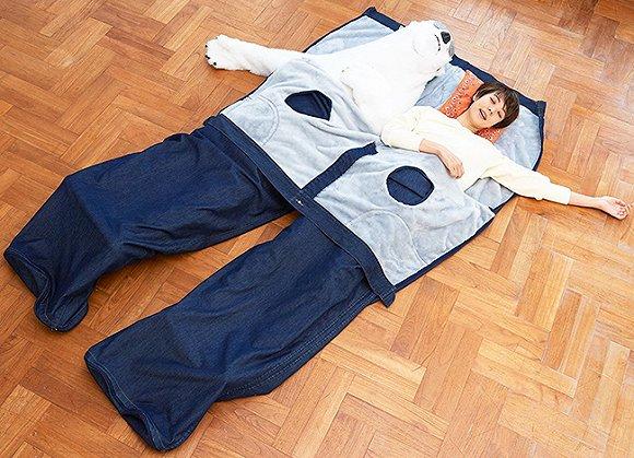 还有这个双人超大牛仔裤睡袋,你可以把自己喜欢的玩偶放在另一边,假装二人都睡在巨大的牛仔裤里。