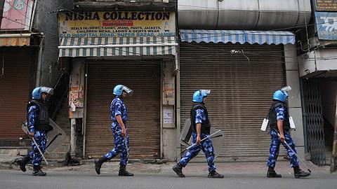"""印度暂时放松印控克什米尔宵禁后,万人游行抗议取消""""特殊地位"""""""