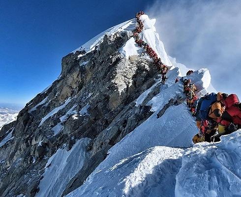 珠峰惨剧后尼泊尔拟整治乱象:登顶费用更高,资格审核更严