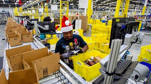 亚马逊仓库中的拣货工人