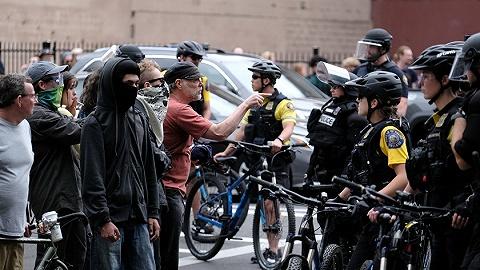 美国阁下翼两友好集团在波特兰暴力抵触,千人聚会会议中警方逮捕13人