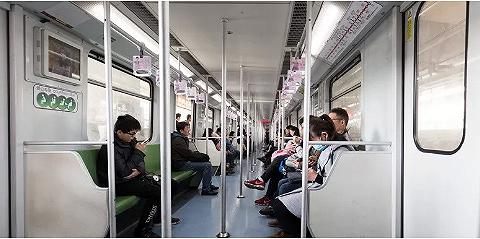 昆明拟出新规:乘地铁时使用电子设?#35206;?#24471;外放声音