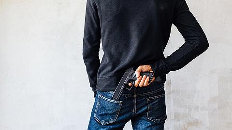 新加坡10年來首現非法持槍案,嫌犯面臨10年監禁6下鞭刑