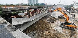 央视记者追踪无锡桥面侧翻事故:为什么超载有风险,他们还愿铤而走险?