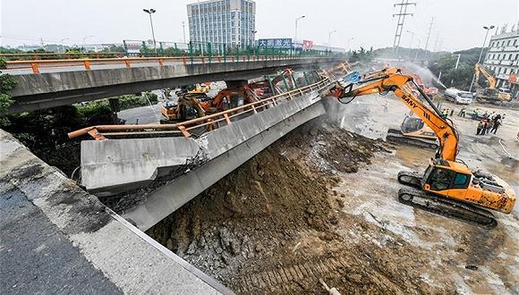 央視記者追蹤無錫橋面側翻事故:為什么超載有風險,他們還愿鋌而走險?